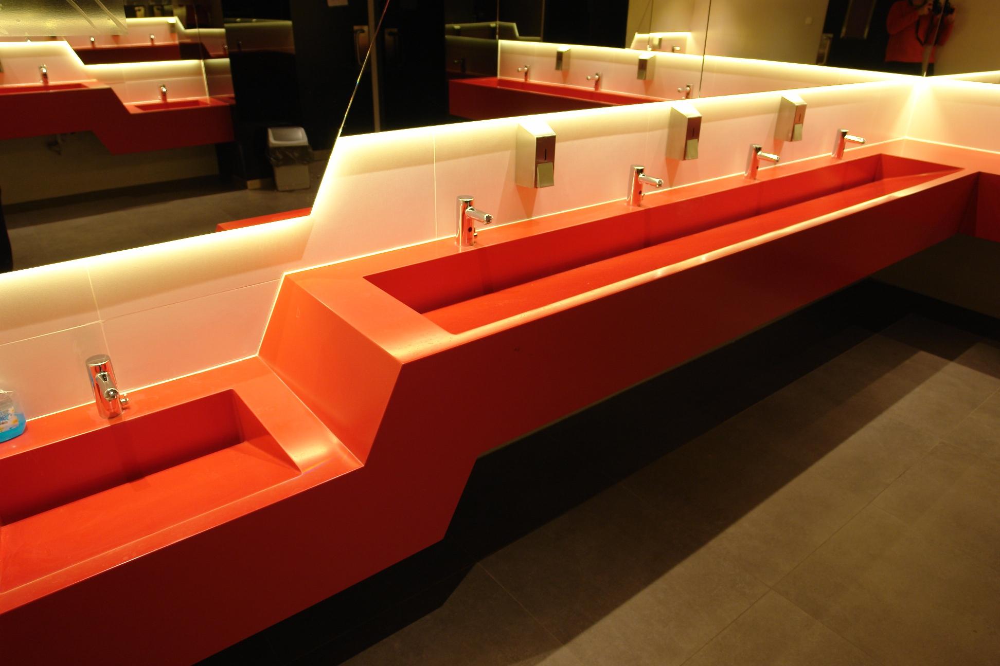 DuPont Corian® közösségforgalmi mosdópultok stadionokba is