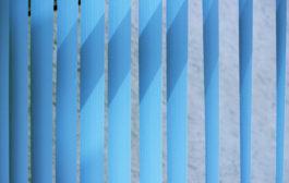 Praktikus és elegáns árnyékoló: szalagfüggöny