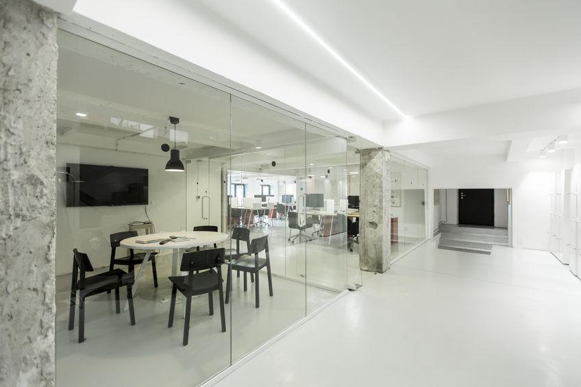 Üveg tolóajtó: elegáns és praktikus megoldás az irodába