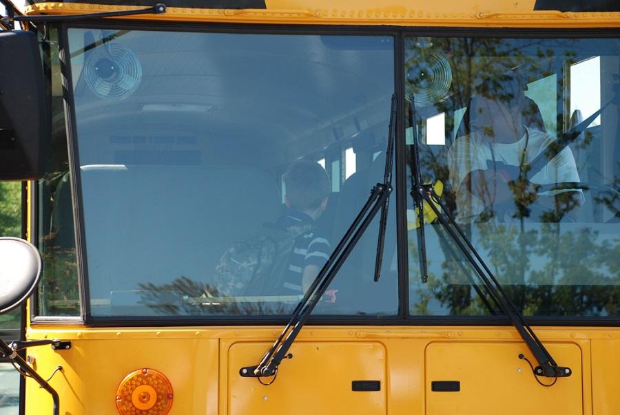 Autóbusz szélvédő csere: megbízhatóság és szakszerűség az utasokért!